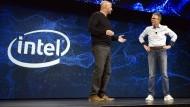 Intel Vize-Präsident Gregory Bryant (l) mit Comcast-Manager Tony Werner am Montag auf der CES in Las Vegas